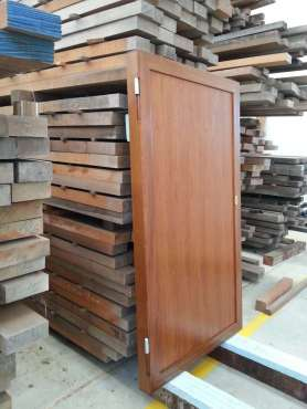 Portone in acciaio ricoperto da lastronatura in legno Teak