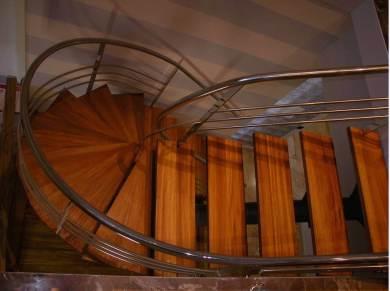Pedate in legno Iroko per scala in acciaio
