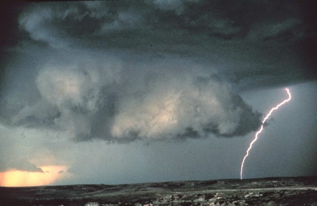 Wall_cloud_with_lightning