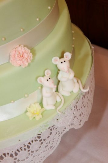 Cambridge_wedding_Walker-1529_cake_close_up_mice