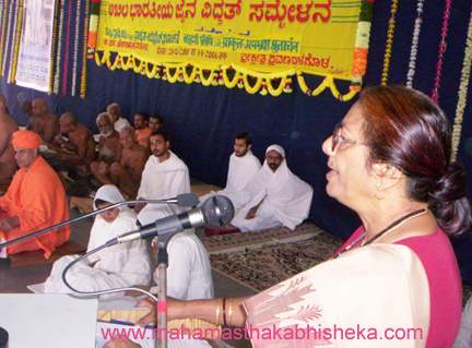 Jain scholar Dr.Vimala Jain of Firozabad speaking during the Vidwat Sammelan on 1st Jan 2006.