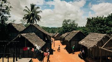 Village Betsimisaraka sur le Canal des Panagalanes à Madagascar