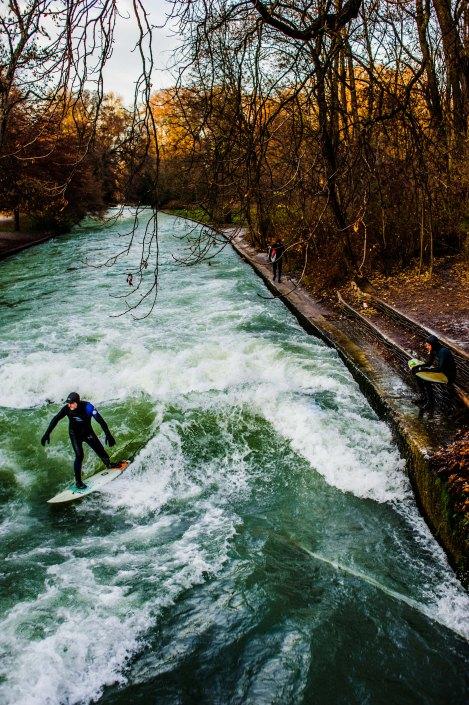 Surf à Munich   Incroyable une vague en plein centre ville 14