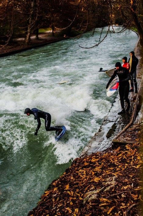Surf à Munich   Incroyable une vague en plein centre ville 6