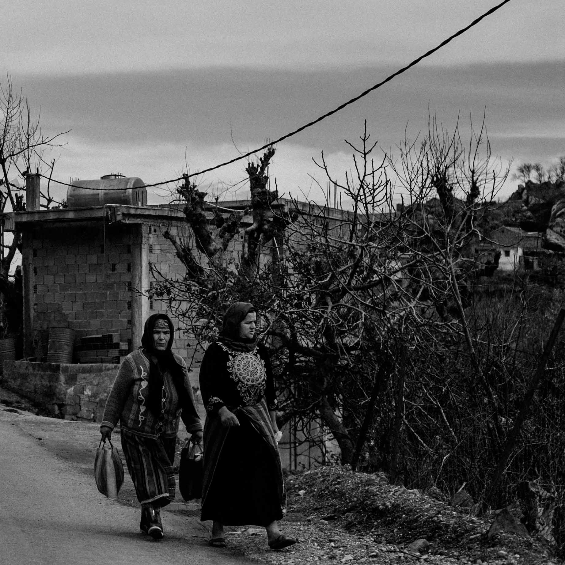 Femmes marchant sur le bas côté - Women walking on the road side