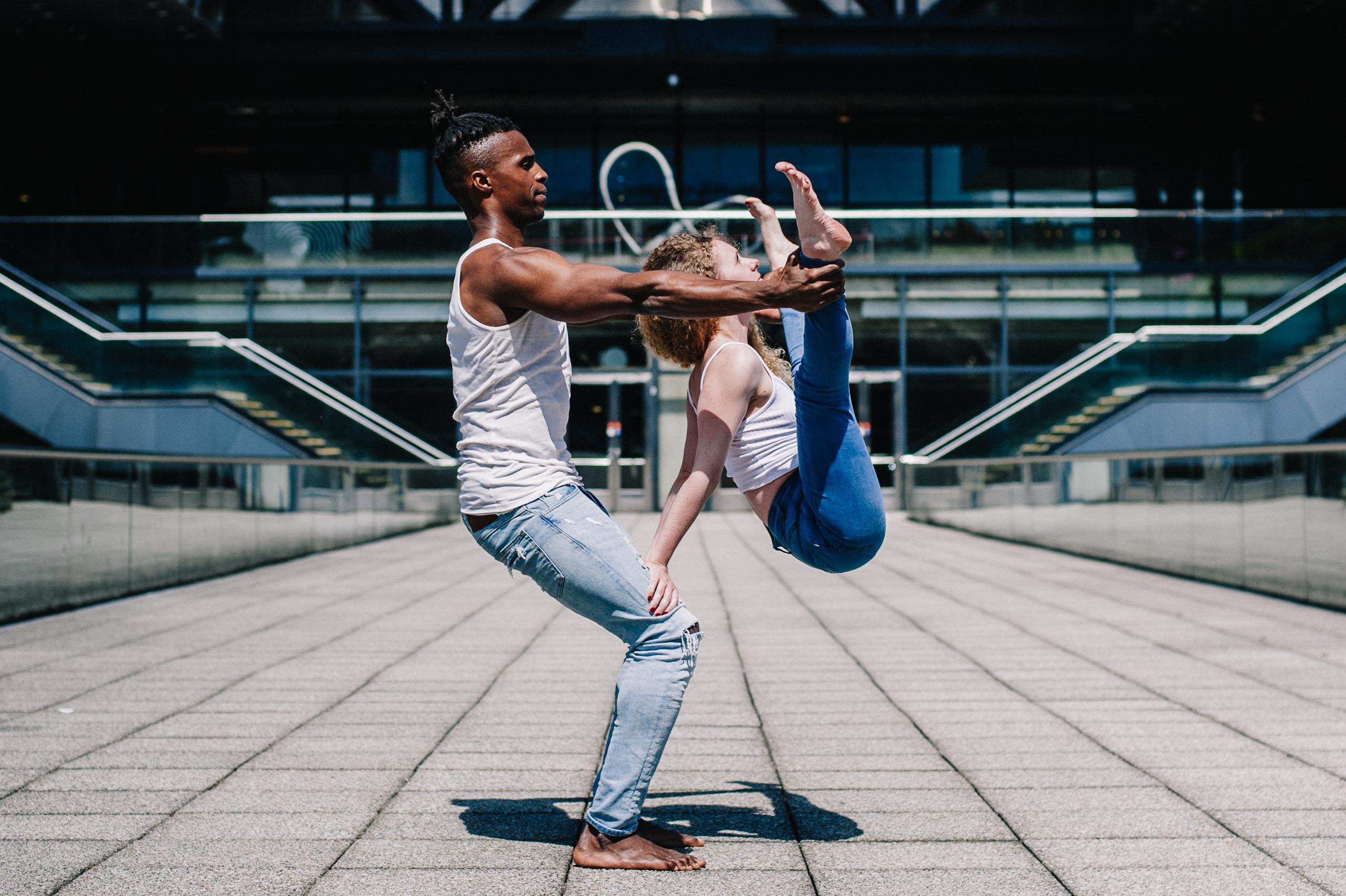 Urban AcroYoga in Paris - Yogagraphy | AcroYoga à Paris - YogaGraphie