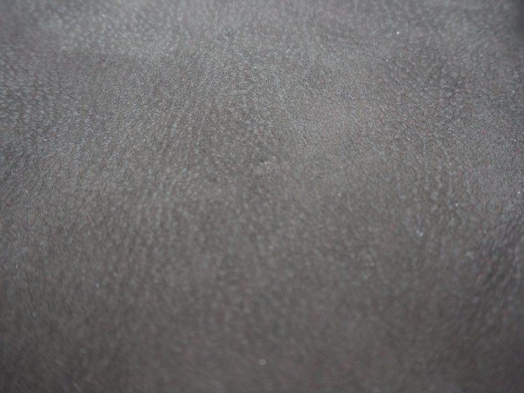Huokoinen pinta nahassa