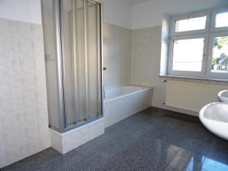 Mietwohnung Bad Gottleuba - Badezimmer mit Dusche und Wanne und zwei Waschbecken