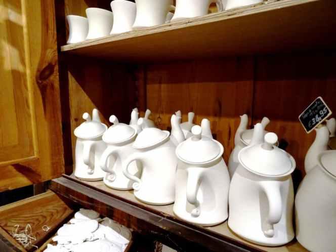 Eine kleine Auswahl an Keramik die darauf wartet bemalt zu werden