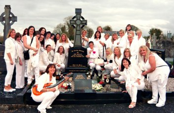 Breda McGaley and her Hens visiting the grave of Joe Dolan during their trip to Mullingar.