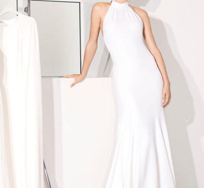 1c0e11767fd2 La famiglia reale britannica e i fan della moda si sono tutti rallegrati nel  vedere Meghan Markle in un abito bianco su misura firmato Stella McCartney  al ...