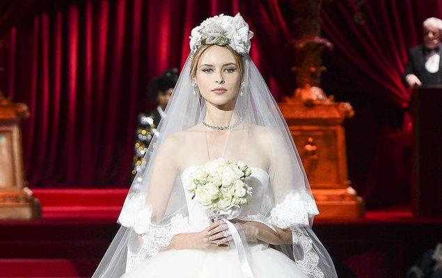 f51644600f336 Dolce   Gabbana accende una lampadina sul mondo della moda femminile e la illumina  guardando alla propria tradizione sartoriale