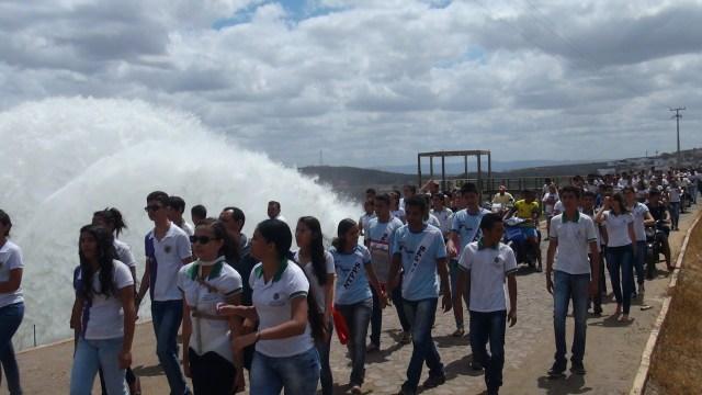 O protesto finalizou na parede do açude (Foto: Thiedo Henrique/Mais FM)