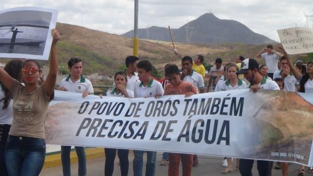 Faixas e cartazes com dizeres contra a atual vazão foram confeccionadas (Foto: Thiedo Henrique/Mais FM)