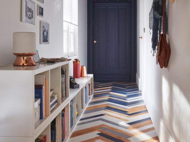 un couloir au parquet colore pour dynamiser cet espace perdu
