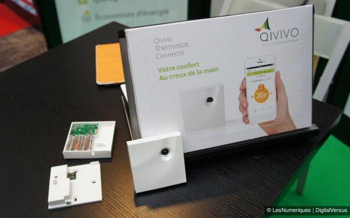 Thermostat connecté Qivivo sur la table d'exposition, élégant