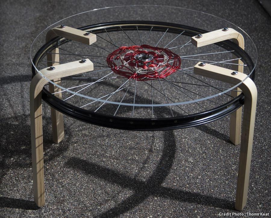 table réalisée avec des rayons de vélo