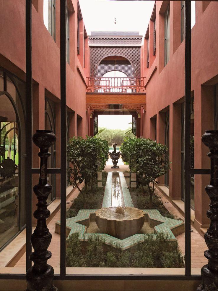 La baie vitrée du vestibule donne sur la galerie à ciel ouvert, située au centre du bâtiment, qui débouche sur la terrasse. Le soir, un éclairage crée là une atmosphère empreinte de magie.
