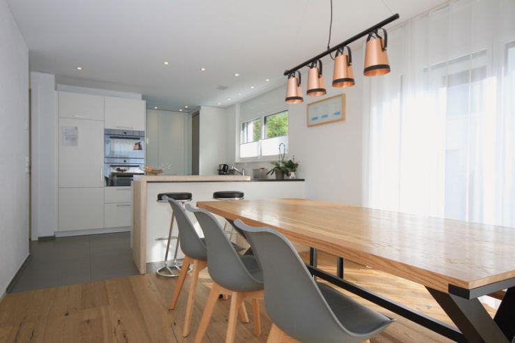 Dans la salle à manger, le sol est recouvert de parquet. Le sol de la cuisine est recouvert de carrelage en céramique.