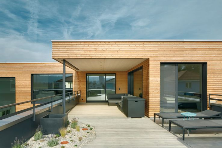 La terrasse partiellement couverte représente un grand espace extérieur.