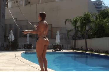 Thaís Bianca impressiona com boa forma em vídeo pulando corda