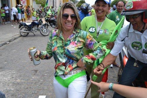 Em 2012, Edna nas ruas de Monteiro com calcinha verde e lata de cerveja na mão (Foto: O pipoco)