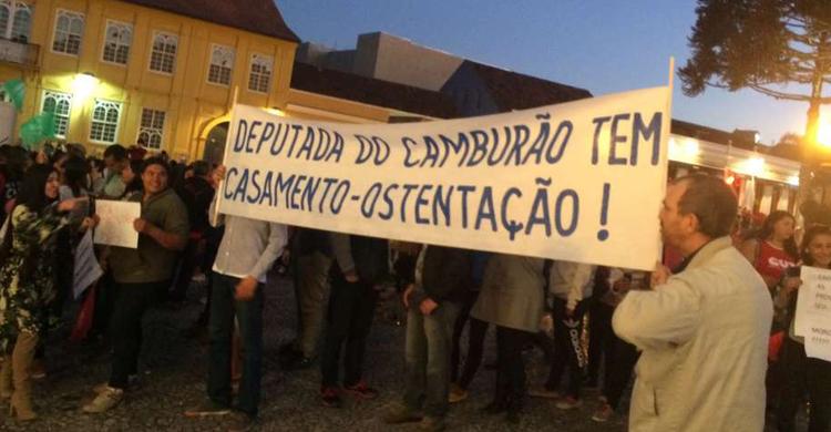 Manifestantes protestam durante casamento de deputada — Curitiba