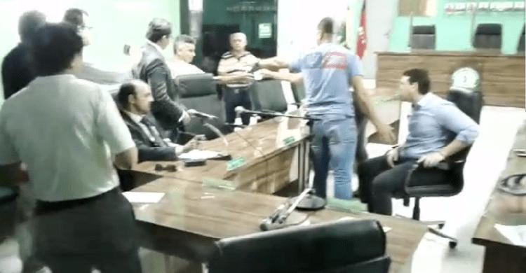 Deputado federal troca socos com vereador em depoimento na Paraíba — Vídeo