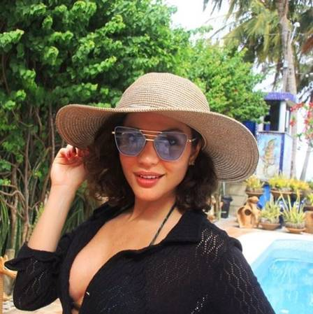 Maria posa na casa de praia do deputado, em Pernambuco Foto: Reprodução/Instagram