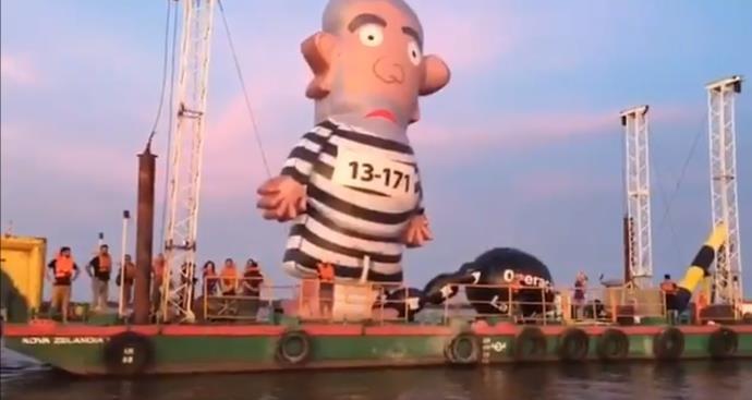 Boneco Pixuleco é visto em embarcação no rio Guaíba, em Porto Alegre