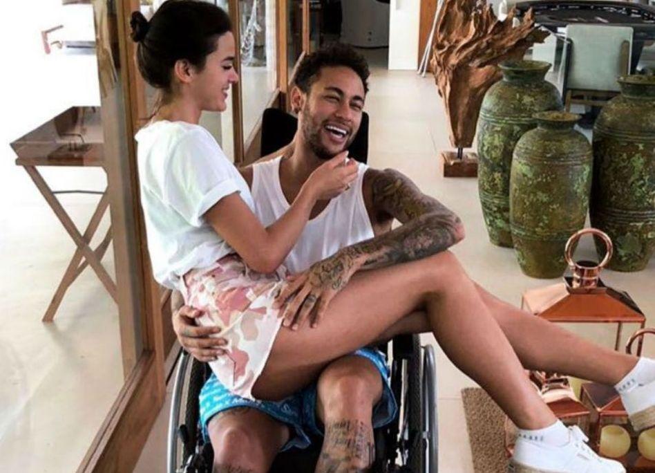 Neymar é operado e deve ter alta neste domingo