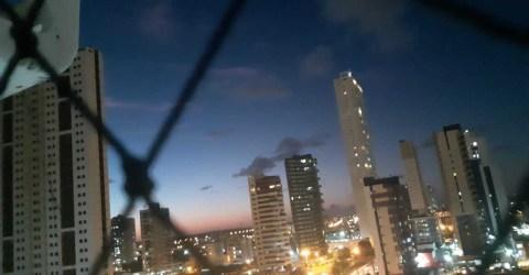 Começo da noite no bairro do Bessa, em João Pessoa