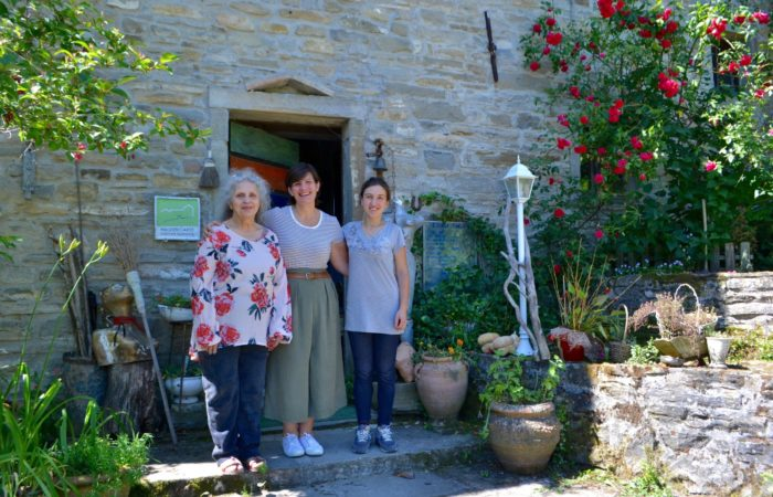 partenza con la titolare di ValdericArte, Maria Stella Rossi e Maria Luisa Berti, scultrice