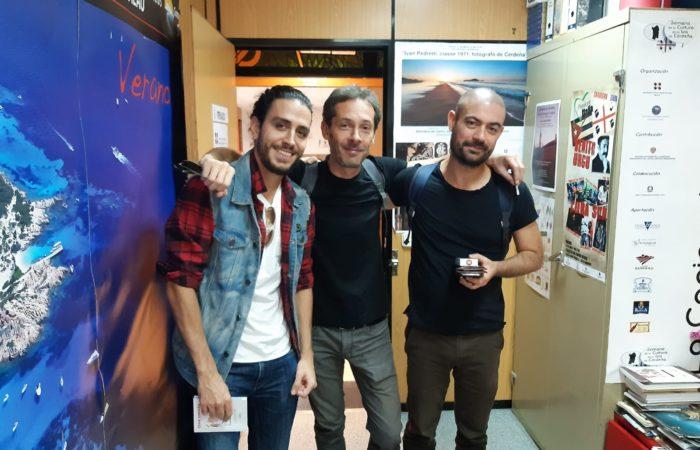 in ufficio, incontriamo un giovane cantante italo_spagnolo che sta per incidere il suo primo album