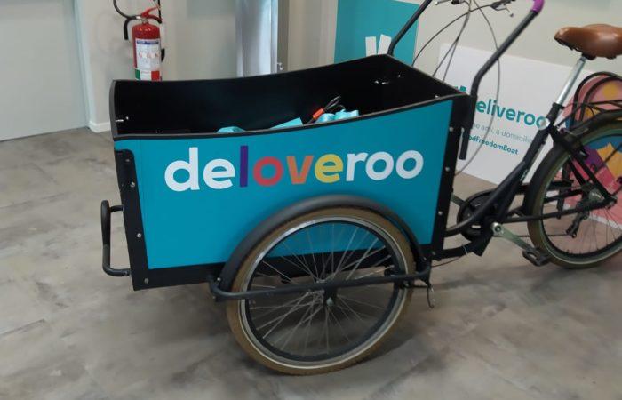 Una bici per le consegne che si trova all'ingresso degli uffici