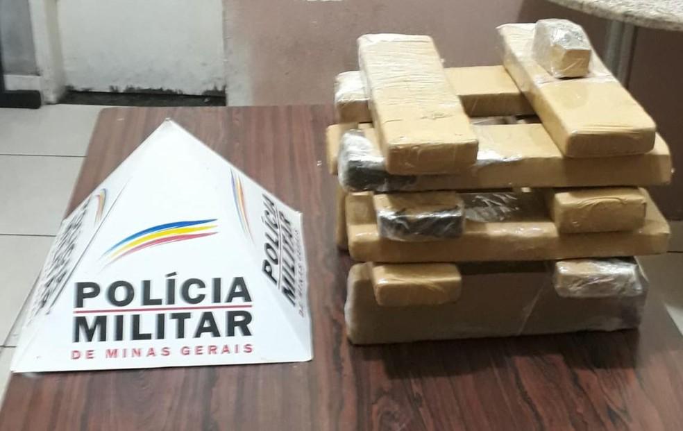 Polícia apreende 12 barras de maconha no Bairro Ana Rita, em Timóteo