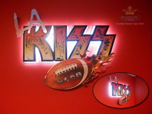 LA-KISS-aluminum-sign-illuminated