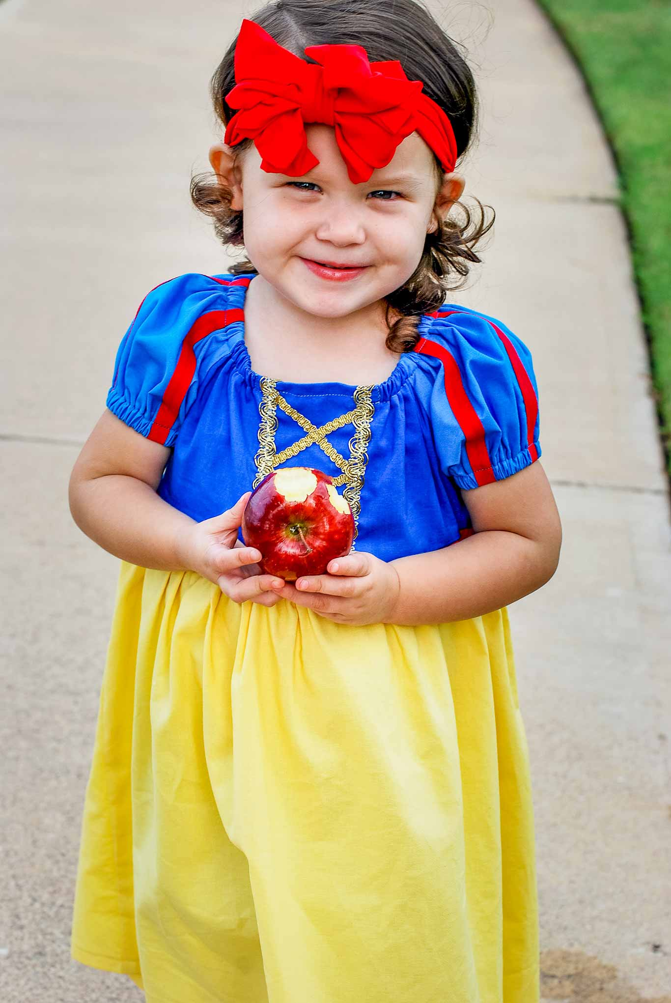 821678a594c Easy To Sew Snow White Peasant Dress For Halloween or Dress Up - Major Hoff  Takes A Wife   Family Recipes   Travel Inspiration