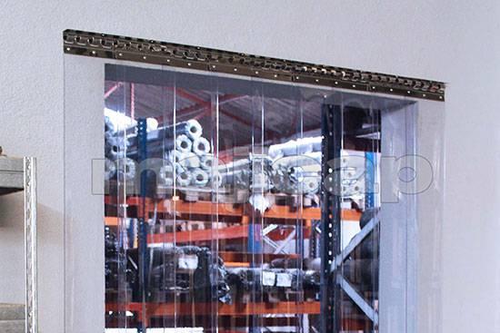 cloisons en pvc souple pour faciliter le passage de pietons rideau a lanieres