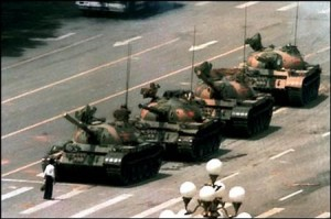 repression-sanglante-sur-la-place-tian-anmen-a-pekintiananmen-square-tanks-