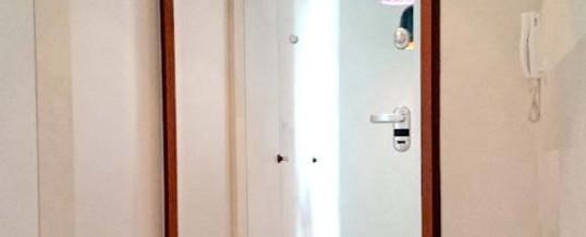 Lustro na drzwiach wyjściowych/korytarzowych