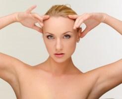ワキ脱毛できれいになった脇を見せる女性