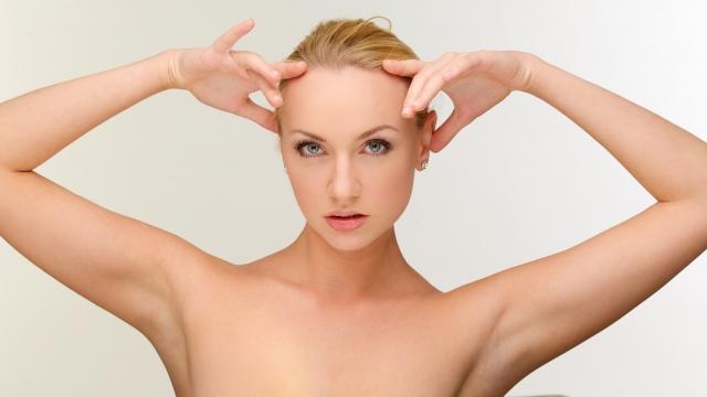 プロに頼む脱毛方法の基礎知識を説明する女性