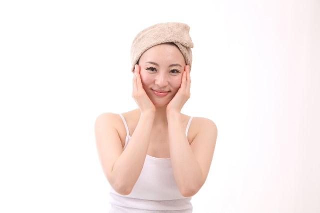 保湿ケアした顔に手を当てる女性