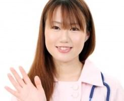 光脱毛とレーザー脱毛が併用可能だと説明する看護婦