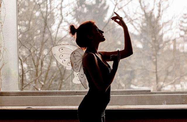 光脱毛の事を考えて窓際で立つ女性