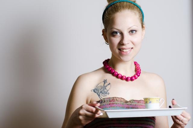 胸にタトゥーのある女性