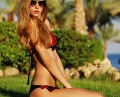 海辺で座る女性