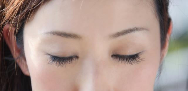 顔脱毛を受ける女性