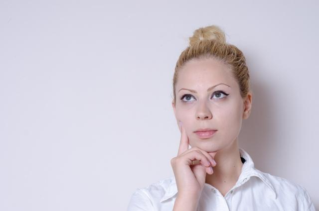 顔脱毛のデメリットを考える女性